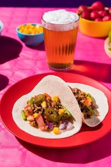 Tacos ad alto angolo e disposizione della birra