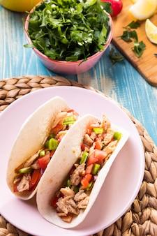 Tacos ad alto angolo con carne sul piatto