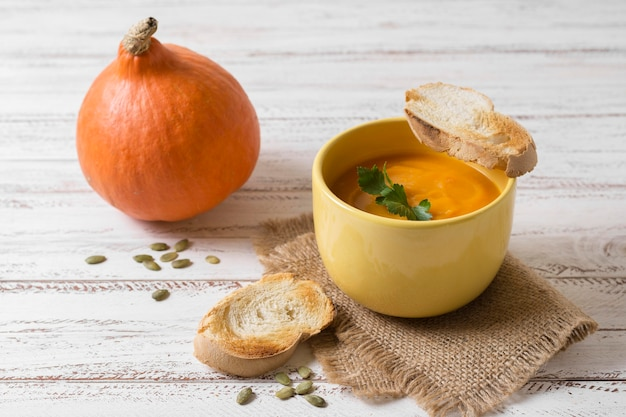 Чаша для вкусного крем-супа под высоким углом