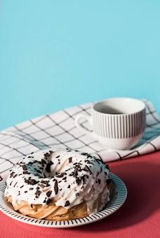 Высокий угол вкусный пончик
