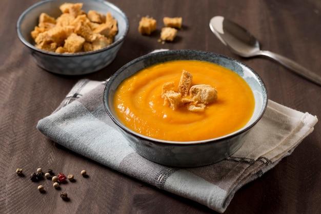 Gustosa zuppa di crema di zucca ad alto angolo