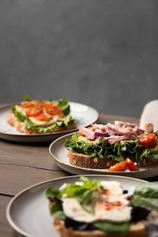 ハイアングルのおいしいサンドイッチの品揃え