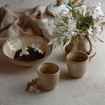 Чашки с высоким углом и красивые цветы