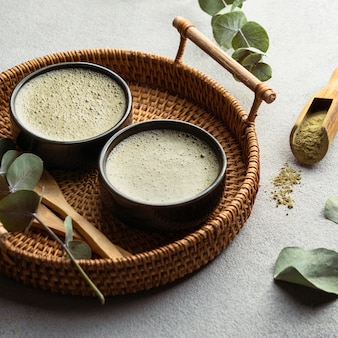 Чашки для чая под высоким углом и травы