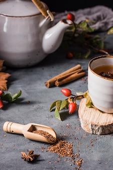 Чай под высоким углом в чашке с кристаллизованным сахаром и корицей