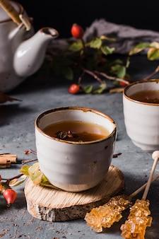 Чай под высоким углом в чашке с кристаллизованным сахаром