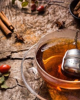 Чай высокий угол в стакане с корицей