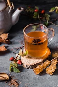 Чай высокий угол в стакане с кристаллизованным сахаром