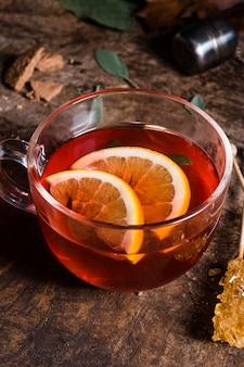 Чай под высоким углом в стакане с лимоном и кристаллизованным сахаром