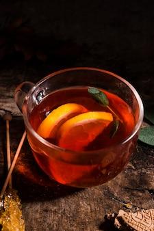 Чай высокий угол в стакане с лимоном