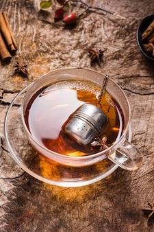 Чай под высоким углом в стакане