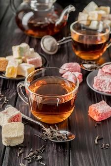 Высокий угол чая на столе