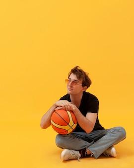 Высокий угол подросток с баскетбольным мячом