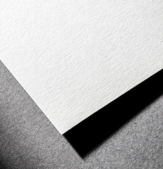 Брендинг крупного плана текстурированной бумаги под высоким углом