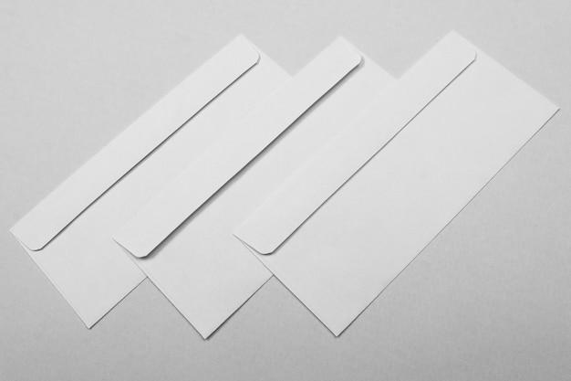 Расположение трех конвертов под большим углом