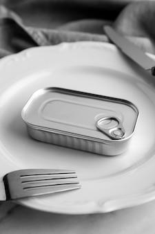 Barattolo di latta ad alto angolo sul piatto