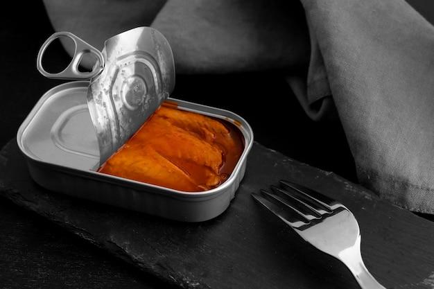 食品とフォークを備えた高角度のブリキ缶