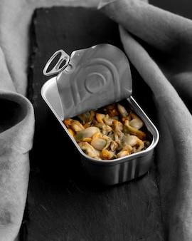 음식과 키친 타월이있는 하이 앵글 깡통