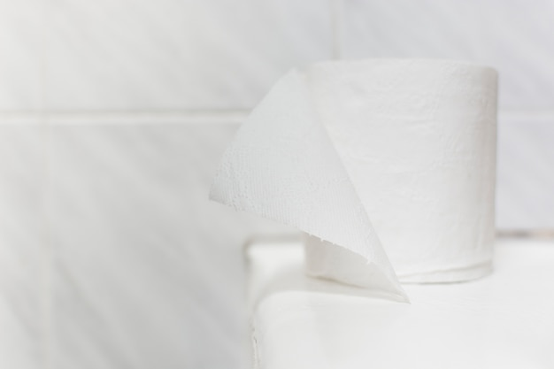 Rotolo di carta igienica ad alto angolo sulla vasca da bagno