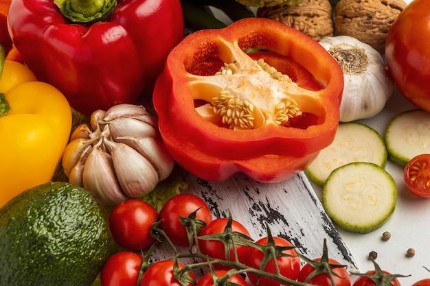 Alto angolo di pomodori con peperone e aglio