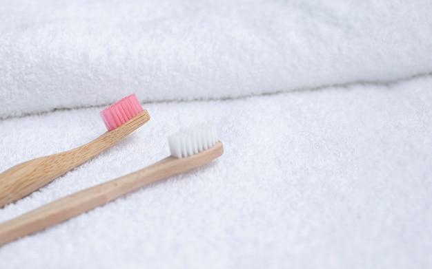 白いタオルの上の高角度の歯ブラシ