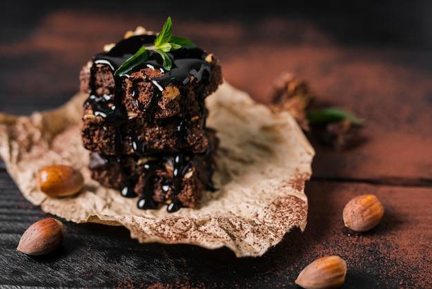 チョコレートシロップとチョコレートナッツブラウニーの高角タワー
