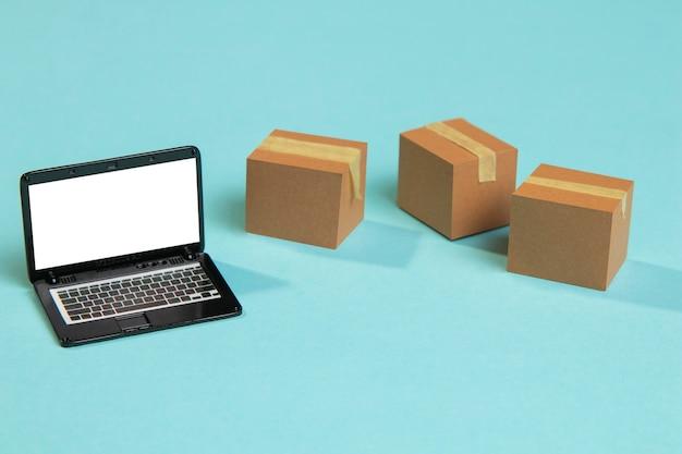 ハイアングルのおもちゃのラップトップとボックス
