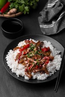 Alto angolo di riso asiatico tradizionale con carne