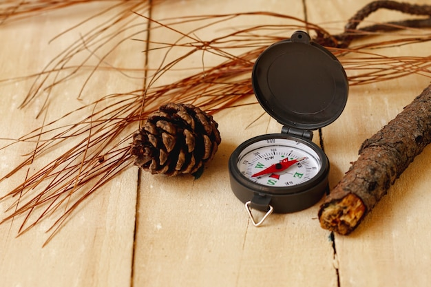 Высокий угол компас путешественника на деревянной доске
