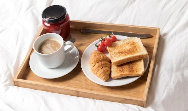Поднос высокого угла с поздним завтраком
