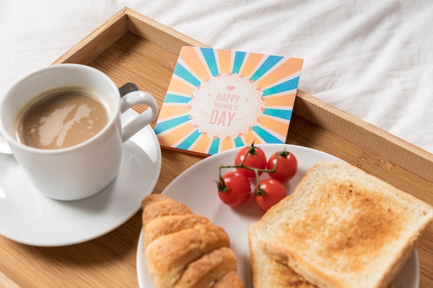Поднос высокого угла с восхитительным поздним завтраком