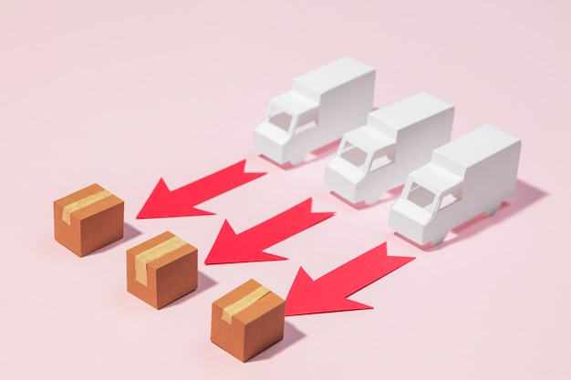 Грузовики с высоким углом, красные стрелки и коробки