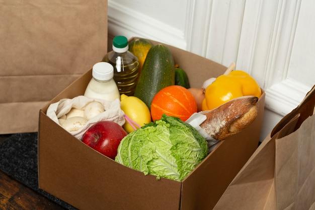 Ящик для овощей под высоким углом на коврике