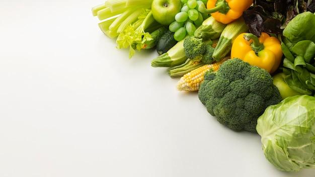ハイアングルの野菜や果物の品揃え