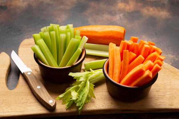 Высокий угол расположения овощей и ножей