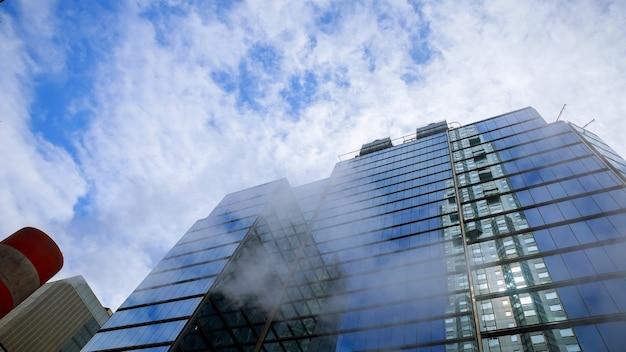 Высокоугольный вертикальный подход к разрешению городов для городской жизни с небоскребами, офисными блоками и квартирами. нью-йорк, северная америка, сша