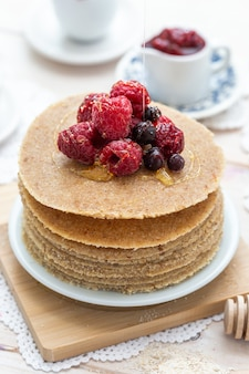 꿀, 딸기와 원시 채식주의 팬케이크의 높은 각도 수직 근접 촬영 샷