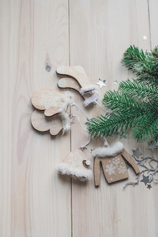 Alto angolo verticale di ornamenti in legno e decorazioni natalizie sul tavolo