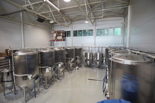 Высокий угол обзора бродильных чанов в цехе промышленного пивоваренного завода, копировальное пространство