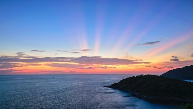 램 프롬텝 케이프(laem phromthep cape) 경치 포인트에서 안다만 해(andaman sea) 위로 일몰의 높은 각도의 아름다운 풍경은 태국 푸켓 지방의 유명한 명소이며 16:9 와이드 스크린입니다.