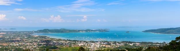태국 푸켓 지방의 아오찰롱 베이와 도시 바다 쪽의 아름다운 파노라마 풍경을 높은 각도로 볼 수 있습니다.