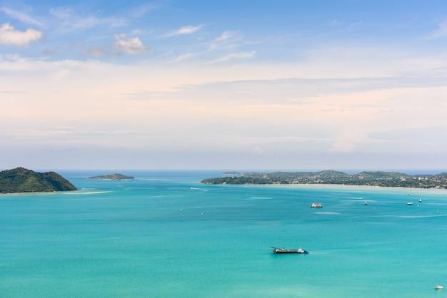 Высокий угол обзора голубого неба над андаманским морем и приморским туристическим городом с горной точки зрения као-хад известных достопримечательностей на острове пхукет, таиланд