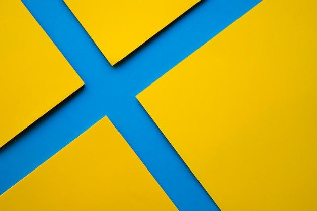 Una vista di alto angolo di quattro carte gialle del mestiere sulla superficie del blu