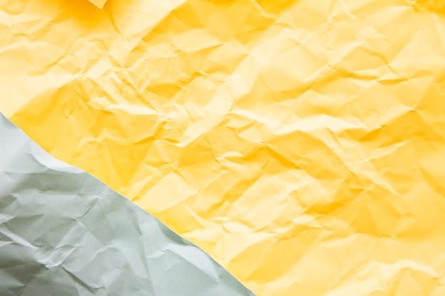 Vista dell'angolo alto di fondo di carta grigio e giallo