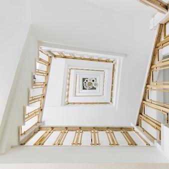 Veduta dall'alto di una moderna scala a chiocciola in una mostra sotto le luci