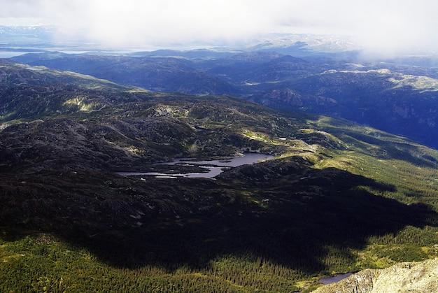 Tuddal gaustatoppen、ノルウェーの美しい風景の高角度のビュー