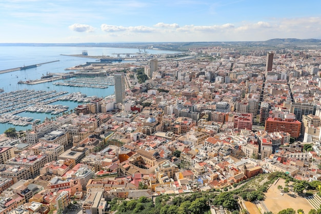 スペインの海のボディにある都市の高角度ビュー