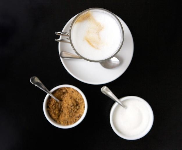 Высокий угол зрения чашки кофе с сахаром