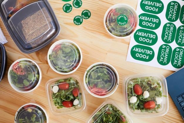 배달을 위해 준비된 나무 테이블에 건강한 유기농 식품 상자의 높은 각도보기