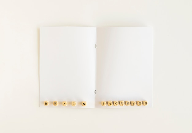 흰색 카드에 브레인 스토밍 블록의 높은 각도보기
